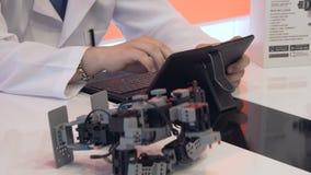 El estudiante crea un robot en el laboratorio almacen de metraje de vídeo