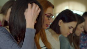El estudiante da vuelta a su cara en la sala de conferencias almacen de metraje de vídeo