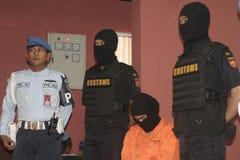 EL ESTUDIANTE DE INDONESIA SOSPECHÓ LAS DROGAS PASADAS DE CONTRABANDO MENSAJERO DE LA DROGA COGIDAS POR LA CIUDAD SURAKARTA DE LA  Fotos de archivo