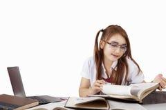 El estudiante de la High School secundaria lee los libros en el escritorio Fotografía de archivo