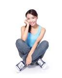 El estudiante de mujer feliz se sienta Foto de archivo libre de regalías