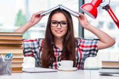 El estudiante de mujer joven con muchos libros Foto de archivo libre de regalías