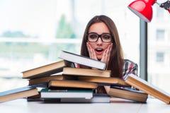 El estudiante de mujer joven con muchos libros Imagenes de archivo