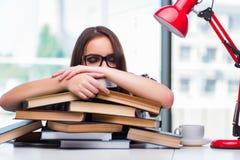 El estudiante de mujer joven con muchos libros Imagen de archivo