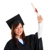 El estudiante de tercer ciclo aumentó su diploma de la graduación Fotografía de archivo