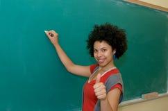 El estudiante del afroamericano manosea con los dedos para arriba fotos de archivo