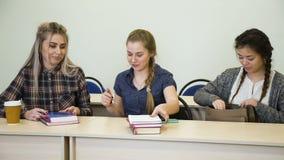 El estudiante del conocimiento de la educación prepara conferencia almacen de video