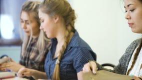 El estudiante del conocimiento de la educación prepara conferencia metrajes