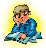 El estudiante descontentado lee el libro Fotos de archivo libres de regalías