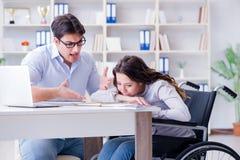 El estudiante discapacitado que estudia y que se prepara para los exámenes de la universidad foto de archivo libre de regalías