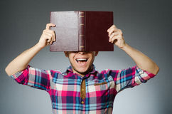El estudiante divertido con muchos libros Foto de archivo libre de regalías