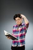 El estudiante divertido con muchos libros Imagen de archivo