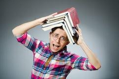 El estudiante divertido con muchos libros Imágenes de archivo libres de regalías