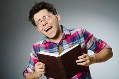 El estudiante divertido con muchos libros Fotografía de archivo