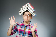 El estudiante divertido con muchos libros Fotos de archivo