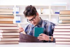 El estudiante divertido del empollón que se prepara para los exámenes de la universidad Foto de archivo libre de regalías