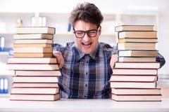 El estudiante divertido del empollón que se prepara para los exámenes de la universidad Imagenes de archivo