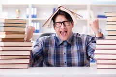 El estudiante divertido del empollón que se prepara para los exámenes de la universidad Imágenes de archivo libres de regalías