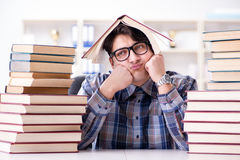 El estudiante divertido del empollón que se prepara para los exámenes de la universidad Foto de archivo
