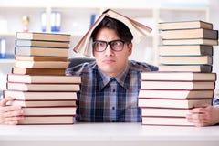 El estudiante divertido del empollón que se prepara para los exámenes de la universidad Fotos de archivo libres de regalías