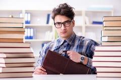 El estudiante divertido del empollón que se prepara para los exámenes de la universidad Fotografía de archivo libre de regalías