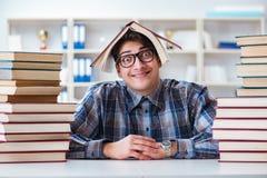 El estudiante divertido del empollón que se prepara para los exámenes de la universidad Imagen de archivo libre de regalías