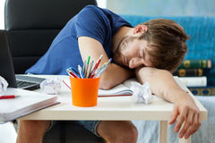 El estudiante duerme después de aprender Foto de archivo