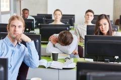 El estudiante duerme en uni curso de ordenador imagen de archivo