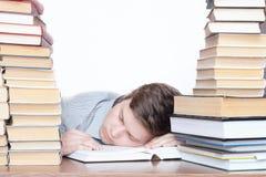 El estudiante durmiente con los libros Imágenes de archivo libres de regalías