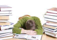 El estudiante durmiente con los libros aislados