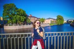 El estudiante elegante feliz joven del viajero de la muchacha camina alrededor del Europ fotos de archivo