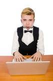 El estudiante elegante que se sienta con el ordenador portátil aislado encendido Foto de archivo libre de regalías