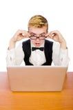El estudiante elegante que se sienta con el ordenador portátil aislado encendido Fotos de archivo