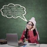 El estudiante en ropa del invierno aprende idiomas extranjeros Imágenes de archivo libres de regalías