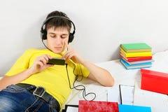El estudiante escucha la música Imagenes de archivo