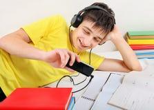 El estudiante escucha la música Fotos de archivo libres de regalías