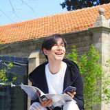 El estudiante está estudiando en la calle Foto de archivo