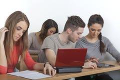 El estudiante explica algo en su PC de la tableta Imagen de archivo