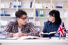 El estudiante extranjero joven durante la lección de lengua inglesa Imagen de archivo