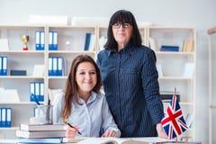 El estudiante extranjero joven durante la lección de lengua inglesa Imágenes de archivo libres de regalías