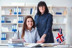 El estudiante extranjero joven durante la lección de lengua inglesa Foto de archivo libre de regalías