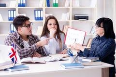 El estudiante extranjero joven durante la lección de lengua inglesa Fotografía de archivo libre de regalías