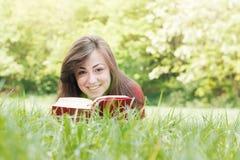 El estudiante feliz al aire libre se relajó Imagenes de archivo