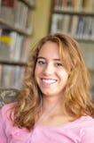 El estudiante femenino bonito escucha la música Fotografía de archivo libre de regalías