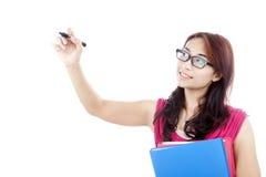 El estudiante femenino escribe en copyspace Imagen de archivo libre de regalías