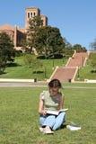 El estudiante femenino lee para la clase foto de archivo