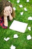 El estudiante femenino no tiene gusto de los resultados del trabajo Imagen de archivo libre de regalías