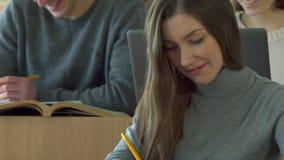 El estudiante habla con su compañero de clase masculino almacen de video