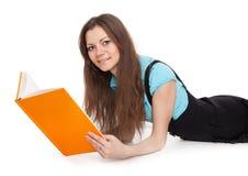 El estudiante hermoso está leyendo un libro Fotos de archivo libres de regalías