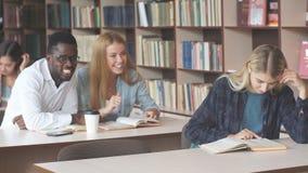 El estudiante hermoso feliz rubio de la mujer asiste a clases de la universidad dentro metrajes